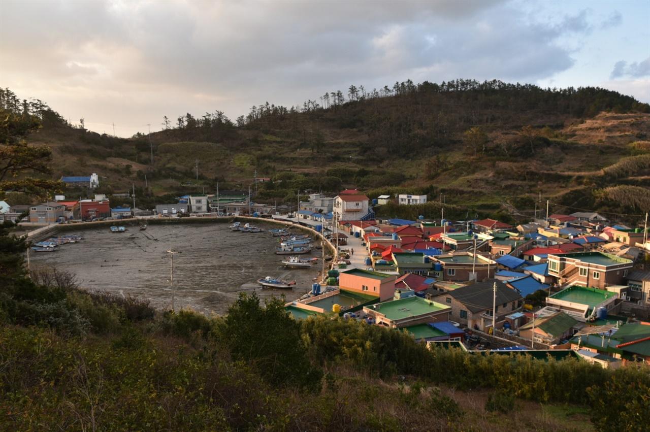 다물도 남구에서 바라본 마을 전경 포구와 마을이 한 눈에 들어오는 들녘에서 아침의 기운이 깃드는 다물도리 풍경을 만났다.