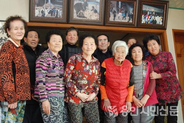 향토문화를 지켜오고 있는 남사면 산정동줄다리기보존회 회원들.