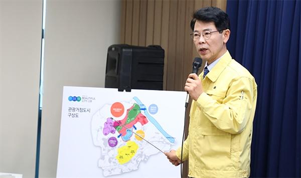 김한근 강릉시장이 28일 강릉시청 프레스센터에서 기자회견을 열고 관광거점도시 계획에 대해 설명하고 있다