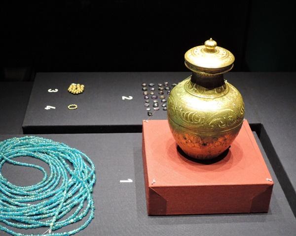 국립익산박물관에서 전시되는 '미륵사지 서쪽 석탑 사리장엄구(보물1991호)' 미륵사지 해체와 복원 중인 2009년에 발굴되다