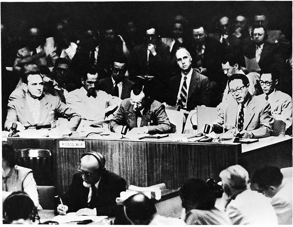 1950년 6월 25일 한국전쟁이 발발하자 당시 장면(맨 오른쪽) 주미 대사가 유엔안보리에 옵서버로 참석하여 북한의 남침 사실을 알리면서 유엔의 도움을 요청하고 있다(1950. 6.).