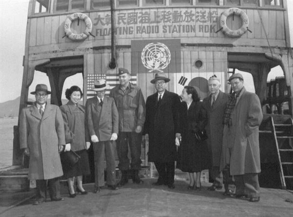 대한민국 해상이동 방송선 'HLKT'을 방문한 장면 총리 일행(1951. 2. 15.).