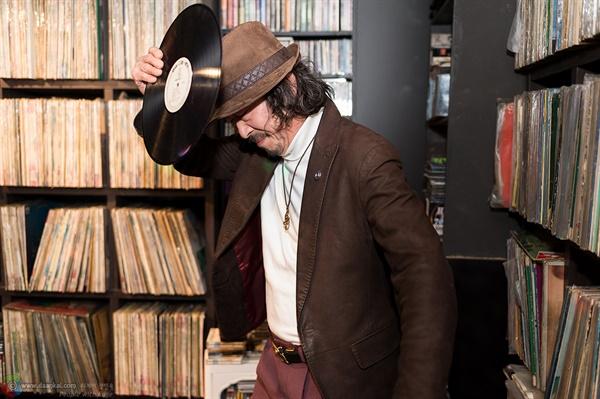 판 춤을 선보이는 DJ LP 음반과 함께 신나는 퍼포먼스