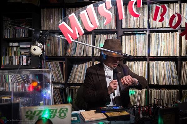 오프닝 멘트를 준비하는 DJ 잠시 후, 쇼 타임의 시작을 확인하는 DJ