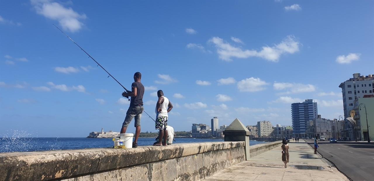 낚시하는 사람들 말레콘에서 낚시하는 쿠바인들을 종종 볼 수 있다.