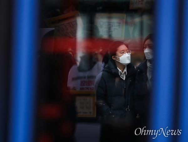 중국 우한 지역에서 발생한 신종 코로나 바이러스 감염증이 국내에 확진자가 발생해 질병관리본부가 감염병 위기단계를 '경계' 수준으로 관리하고 있는 29일 오후 서울 광화문 일대에 시민들이 마스크를 착용하고 있다.