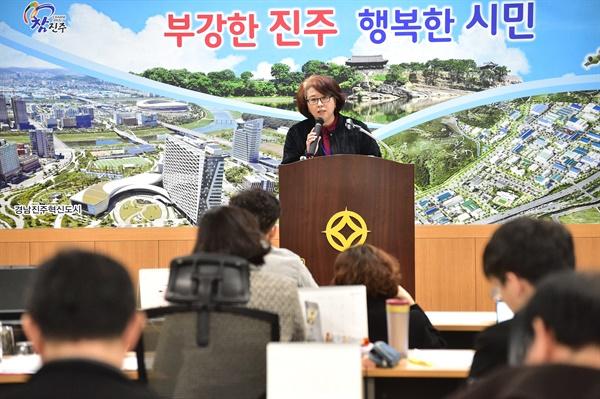 황혜경 진주시보건소장이 29일 오후 진주시청에서 브리핑하고 있다.