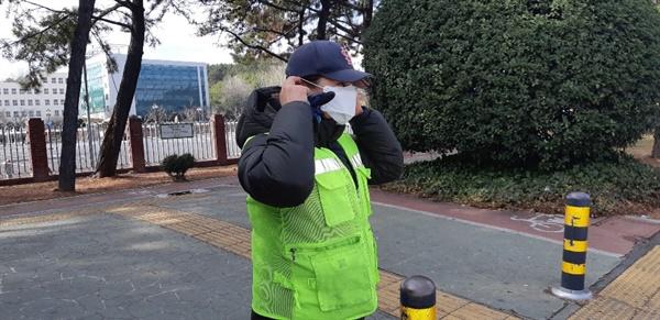 창원의창구, 환경실무원에 차단 마스크 배부.
