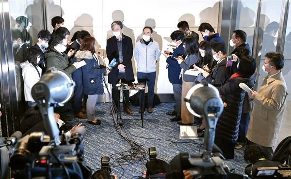 중국 우한서 귀국한 일본인 중 5명 발열, 기침으로 병원 이송 중국 우한시에 머물다 일본 정부 전세기로 도쿄 하네다공항으로 돌아온 일본상공회의소 임원들이 공항에서 취재에 응하고 있다.