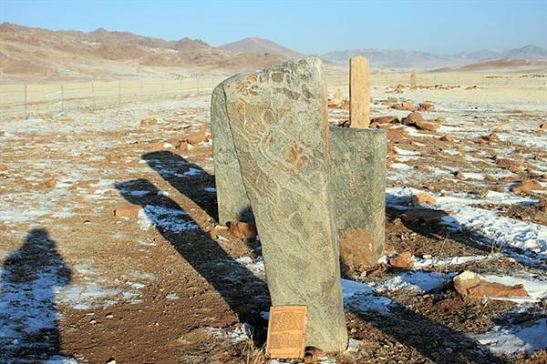 '오시깅 으브르'에는 몽골 사슴돌을 대표하는 다양한 모습의 사슴돌이 세워져 있다