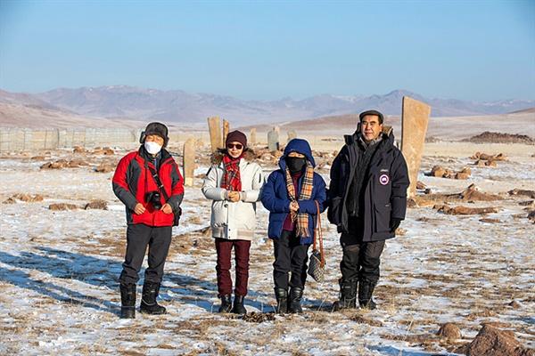 사슴돌과 적석총이 있는 '오시깅 으브르' 유적들을 탐방하는 일행들. 영하 30도에 가까운  추위라 중무장했다.