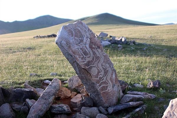 사슴돌에는 사슴 대신에 말을 조각해 놓기도 했다. 사진속에 보이는 사슴돌은 타미르 지역에 있는 사슴돌로 천마가 그려져 있다. 중앙아시아에 두 기 밖에 없다고 알려져 있는 희귀한 사슴돌이다.