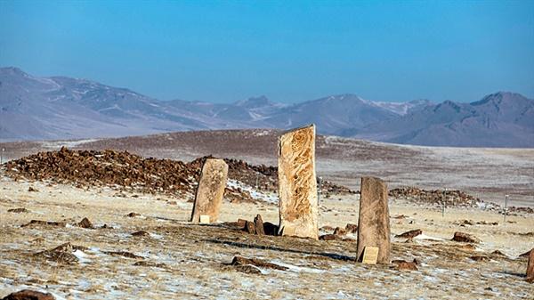므릉에서 홉스글로 가는 중간쯤에 있는 '오시깅 으브르(Uushigin Uver)'에는 몽골 사슴돌을 대표할만한 사슴돌 14기와 적석총들이 있다. 나열된 적석총 중에는 말 두개골을 묻어놓은 무덤이 있었다. 말 두개골이 동쪽을 향하고 있는 이유는 말을 관장하는 천체인 '방성(房星)'이 동쪽에 위치하기 때문이다. '방성'은 말의 수호신이다.
