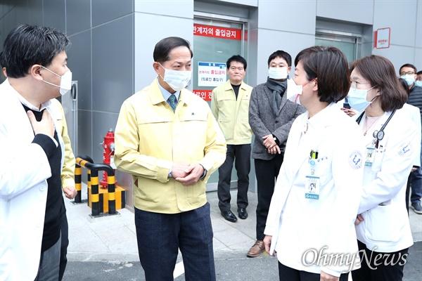 이재준 고양시장은 1월 27일 신종 코로나바이러스 감염증과 관련해 일산병원 등 6곳의 선별진료소를 현장 방문했다.