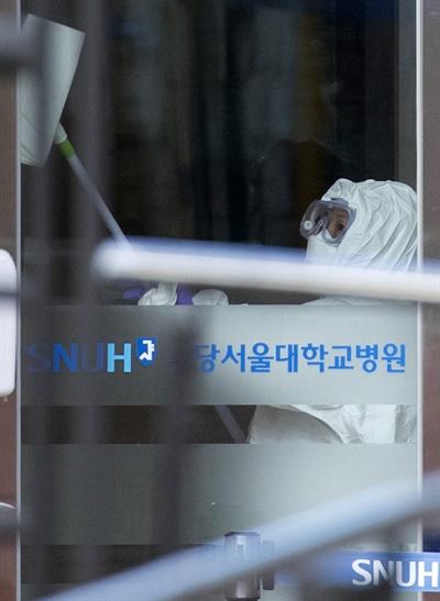 30일 신종 코로나바이러스 감염증 네 번째 확진자가 치료 중인 경기도 성남시 분당서울대병원 국가지정 입원치료병상에서 한 관계자가 방역작업을 하고 있다.