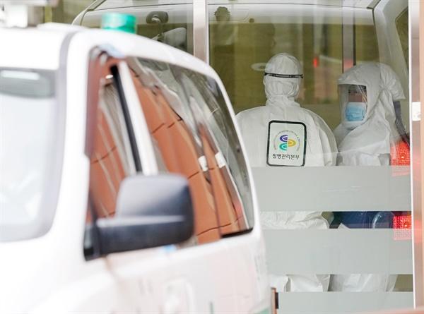 28일 경기도 성남시 분당서울대병원 국가지정 입원치료병상에서 병원 관계자가 의심환자와 함께 병원을 찾은 질병관리본부 관계자와 이야기를 하고 있다.
