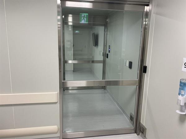 이중 삼중 차단문에 설치된 성남의료원 음압병실