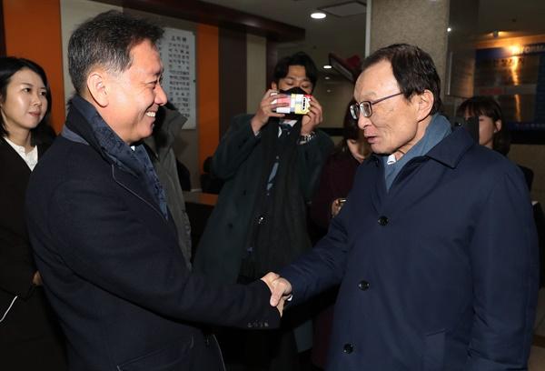 더불어민주당 이해찬 대표(오른쪽)가 30일 오후 서울 여의도의 한 식당 앞에서 이광재 전 강원도지사와 만찬을 앞두고 악수하고 있다.