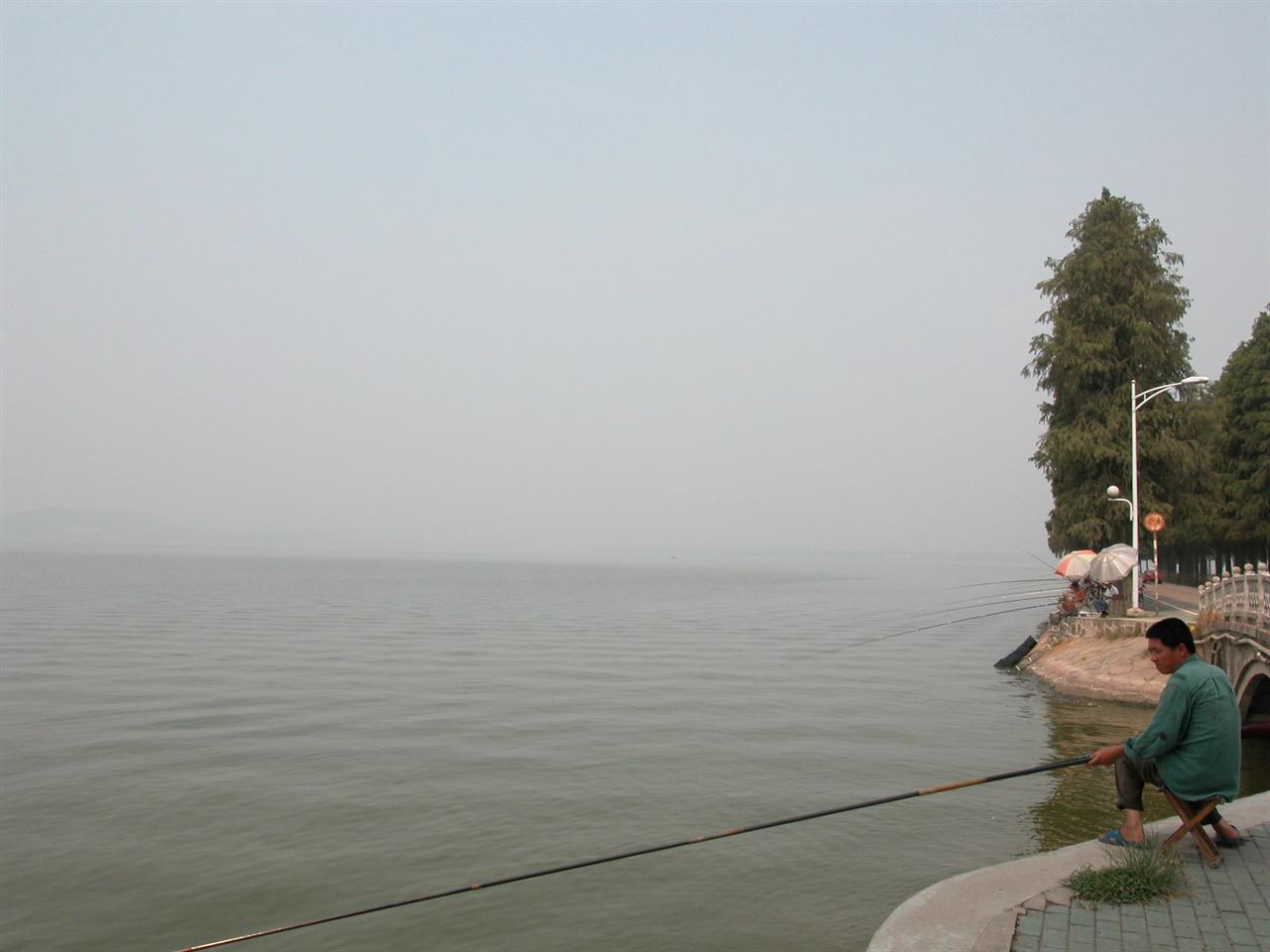 우한 창지앙에서 낚시하는 시민 우한은 강과 도로, 철도 만나는 교통 요지다