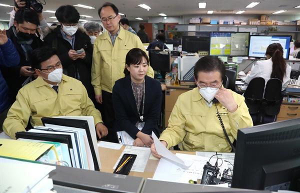 박원순 서울시장(오른쪽)이 31일 신종 코로나바이러스 감염병 현장 점검에 나서 박성수 송파구청장과 함께 능동감시자와 통화를 하고 있다.