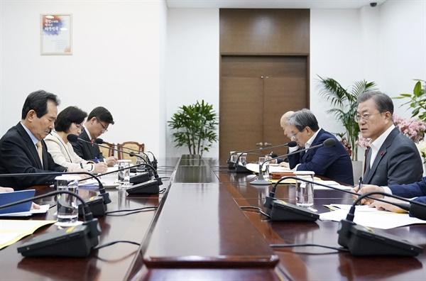 문재인 대통령이 31일 오전 청와대 여민관에서 정세균 국무총리와 추미애 법무부 장관, 진영 행정안전부 장관의 권력기관 개혁 보고를 받고 있다.
