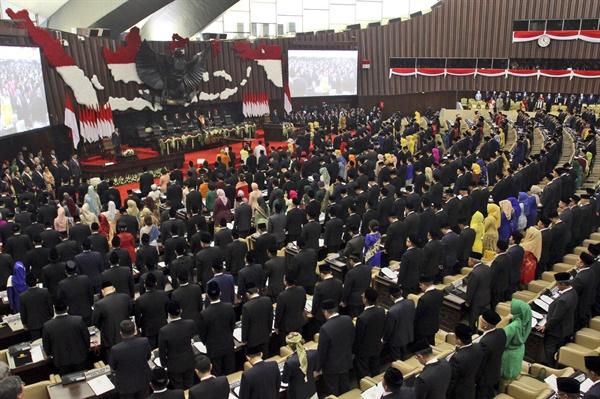 2019년 10월 1일 인도네시아 국회의원들이 취임선서를 낭독하는 모습.