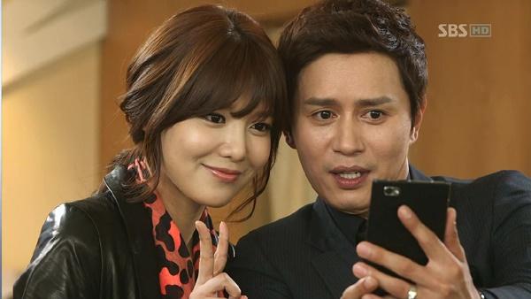 수영은 <신사의 품격>에서 네 친구 중 가장 과묵한 김민종을 무장해제시키는 역할로 까메오 출연했다.