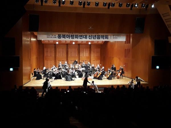 발레단과 같이 왈츠를 추는 관객들 음악회 말미에 지휘자는 춤을 추고 싶은 관객들 3명을 즉석에서 신청 받아 발레단과 왈츠를 추는 이벤트를 진행하여 많은 관객들에게 웃음을 선사했다