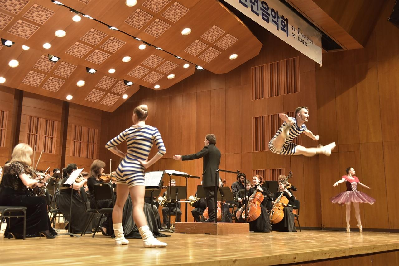오케스트라 음악에 맞춰 춤 추는 발레단 오케스트라 음악에 맞춰 발레를 볼 수 있었던 색다른 무대였다