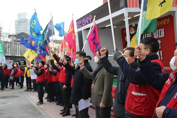 31일 청계천 소상공인 생존권 사수를 위한 가지회견에서 최승재 소상공인연합회 회장 등 참석자들이 구호를 외치고 있다.