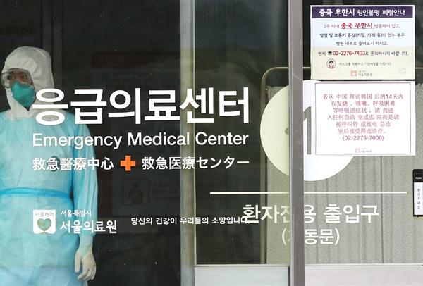 31일 국내 신종코로나바이러스 감염증 5번째, 7번째 확진 환자가 입원 중인 서울 중랑구 서울의료원에서 의료진이 업무를 보고 있다. 2020.1.31