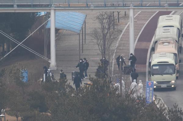 신종 코로나바이러스 감염증 발병지인 중국 우한에서 2차로 입국한 교민들이 1일 충남 아산시 초사동 경찰인재개발원에 도착, 차에서 내리고 있다.