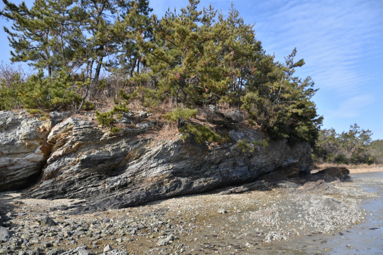 모실길 11번 코스인 주상절리 가란도 해안선을 따르다 보면 독특한 지질형태인 주상절리를 만날 수 있다. 꼭 가란도가 아니라도 신안군의 크고 작은 섬의 갯가에는 이런 지형이 많다. 증도면의 병풍도에 있는 병풍바위가 대표적인 예이다.