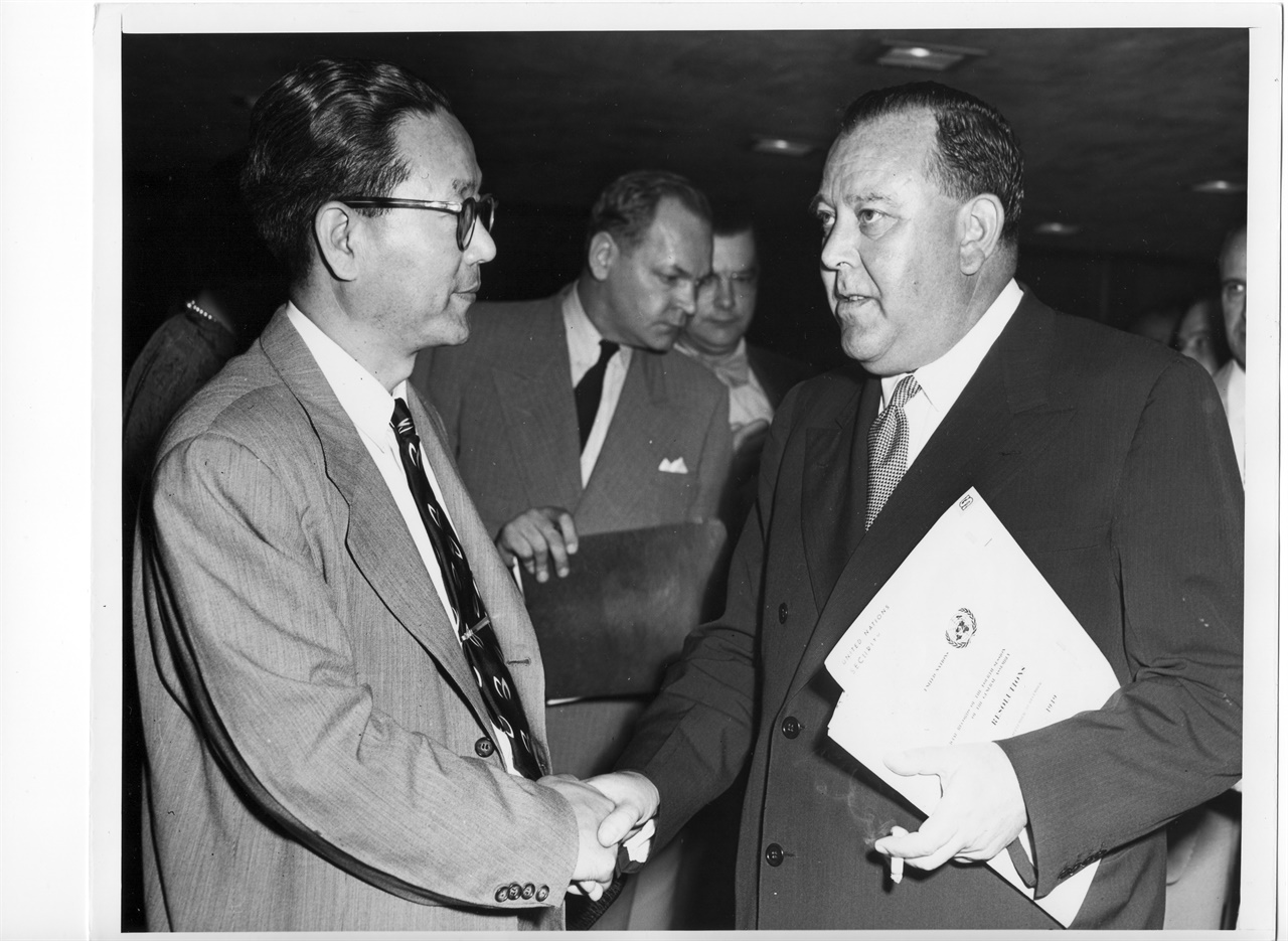 장면 주미대사(왼쪽)가 유엔안전보장이사회 Trygve Lie 사무총장(노르웨이)에게 한국전쟁 발발소식을 전하면서 도움을 청하고 있다(1950. 6. 25. 뉴욕타임지).