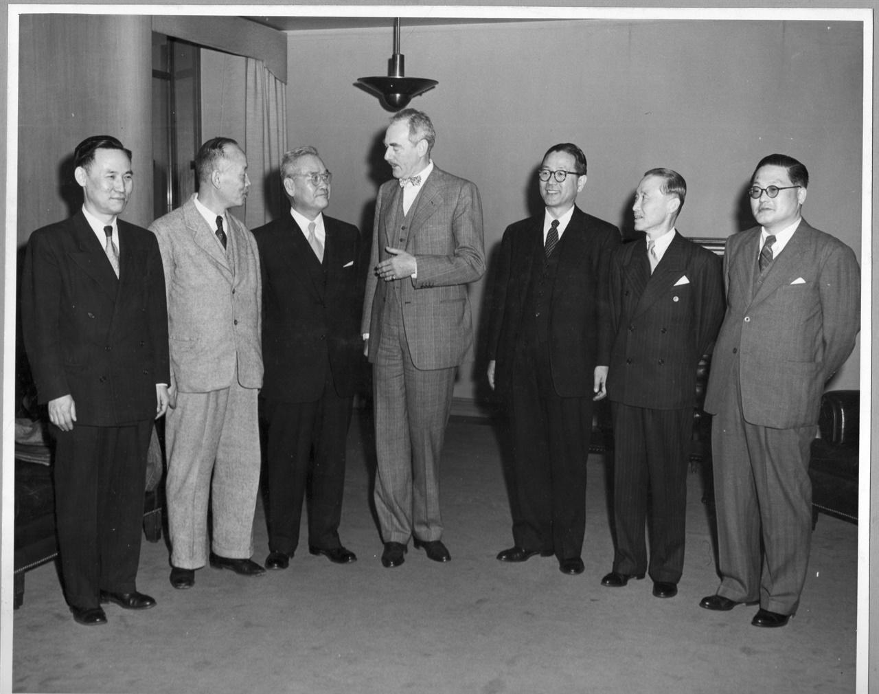 신익희 한국 국회의장을 비롯한 의회 지도자들이 장면 주미 대사의 안내로 애치슨 미 국무장관을 만나 미국의 원조에 대하여 감사의 뜻을 전하고 있다(1950. 3. 22. 가운데 애치슨 미 국무장관 그 왼쪽 신익희 국회의장, 오른쪽 장면 주미 대사).