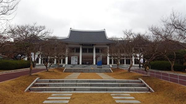 광주광역시 북구 매곡동 매곡산 자락에 올해로 개관 한지 42주년이 되는 <국립광주박물관>이 자리하고 있다