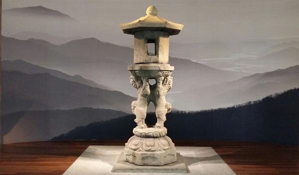 박물관에서는 고향 산천을 그리워하는 석등의 마음을 헤아려 중흥산성이 있는 지리산 자락 사진을 뒷 배경으로 걸어 주었다