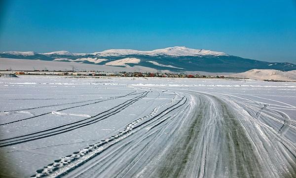 차탕족 마을이 있는 곳으로 가려면 차강노르 마을을 거쳐야 한다. 저 멀리 차강노르 마을이 보이고 차는 1m 이상 얼어붙은 차강노르 호수위를 달리고 있다.
