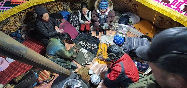 일행이 차탕족 오르츠에 여장을 풀자 마을어른들과 어린이들이 순록뿔을 조각한 장식품을 들고 찾아왔다. 약간 비싼 것 같았지만 기꺼이 샀다.