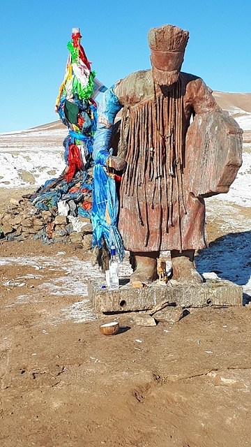 차탕족은 몽골 샤머니즘의 강력한 중심지다. 관광객에게 보이기 위해 시늉만 하는 게 아니라 진정한 샤머니즘이 이곳에 살아있다. 날씨가 너무 추워서인지 다른 마을로 내려갔다고 해서 만날 수 없었다. 울란바트르로 돌아오는 길가에 차탕족 샤먼의 모습이 조각되어 있어 촬영했다.