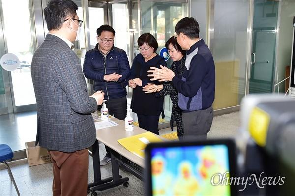 1월 30일 신종 코로나바이러스 감염증 확산 방지를 위해 인천시청 출입구에 설치된 열감지 카메라 앞에서 직원들이 손소독을 하며 출입하고 있다.