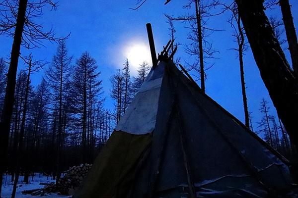 """너무 추워 잠을 못이루고 새벽에 밖에 나오니 차탕족 오르츠에 달이 걸렸다. 숲속에서 들려온  """"오~""""하고 우는 늑대 울음소리에 동네 개들이 기싸움을 하며 컹컹 짖어댔다. 오르츠 주인 설명에 의하면 """"가끔 늑대와 개 사이에 싸움이 벌어지는 데 1:5가 되면 늑대가 죽고, 1:1이 되면 개가 죽어요""""라고 한다."""