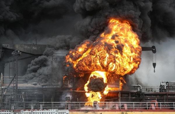 1월 28일 오전 울산시 동구 염포부두에 정박한 선박에서 폭발로 인한 화재가 발생해 불길이 치솟고 있다.