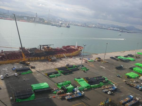 울산 동구 예전부두에 화재가 난 선박이 정박해 있다
