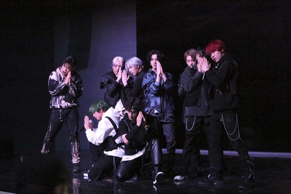 3일 오후 4시 서울 강남구의 한 공연장에서 다크비의 데뷔 쇼케이스가 열렸다. 사진은 타이틀곡 '미안해 엄마' 공연 장면