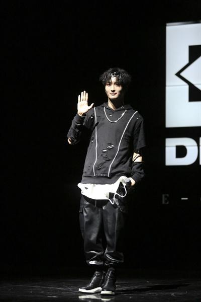 3일 오후 4시 서울 강남구의 한 공연장에서 다크비의 데뷔 쇼케이스가 열렸다. 멤버 이찬이 포즈를 취하고 있다.