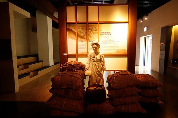 갑인년(1794년) 지독한 흉년으로 1만 천여명이 죽어나가자 김만덕은 그동안 모은 돈을 풀어 육지에서 쌀 300석을 사 제주민에게 나눠줬다.