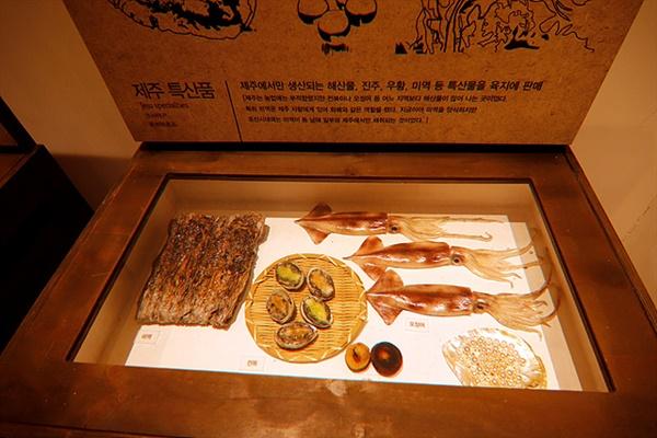 장사수완이 뛰어난 김만덕은 풍부한 제주 해산물을 육지에 내다팔고 육지에서는 쌀을 사가지고 와 제주민에 팔았다.