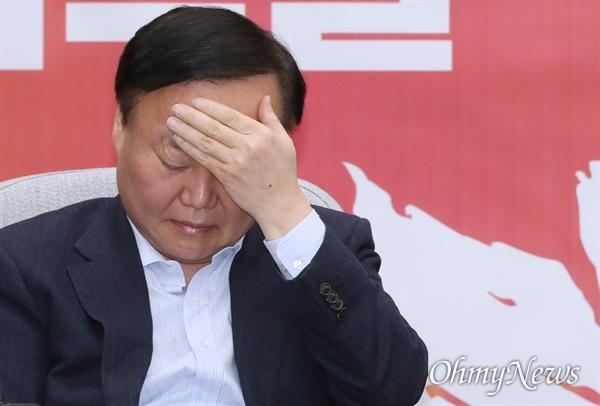 생각에 잠긴 김재원 자유한국당 김재원 정책위의장이 4일 오전 서울 여의도 국회에서 열린 원내대책회의에 참석하고 있다.
