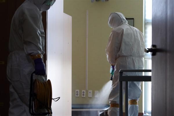 국내에서 16번째로 확진 받은 신종 코로나바이러스 감염증 환자가 거쳐간 광주 시내 한 병원에서 4일 방역작업이 이뤄지고 있다.